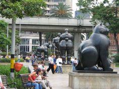 La Plaza Botero es un enorme parque enarbolado muy seguro e iluminado que alberga 23 monumentales esculturas donadas por Fernando Botero, también se encuentra en esta plaza el Museo de Antioquía en el edificio Art Deco mejor conservado de Colombia.