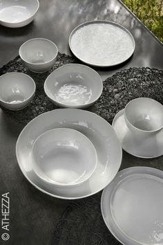 Assiettes Athezza en porcelaine blanche avec une finition effet froissé proposées en format plat avec un petit rebord ou creuses pour servir vos pâtes ou salades. Assiettes vendues par 4 35€