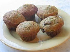 Banana and chocolate chip muffins Yummy Eats, Yummy Food, My Favorite Food, Favorite Recipes, Baking Soda Baking Powder, Banana Chocolate Chip Muffins, Vegan Chocolate, Chocolate Chips, Vegan Baking