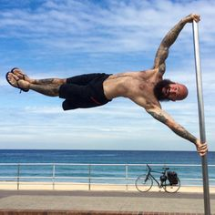 The human flag isn't just a party trick - it's also chock full of benefits. Learn from Al Kavadlo on how to successfully achieve a human flag. Pole Fitness, Muscle Fitness, Fitness Goals, Human Flag, Killer Workouts, Fun Workouts, Fitness Workouts, Bodyweight Strength Training, Famous Memes