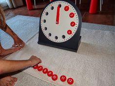 Este es el reloj analógico Montessori. Precioso. Es perfecto de tamaño para las manos de los niños, en la parte trasera hay un compartimento para guardar los discos numerados. Los 12 discos rojos nos dan la hora en sistema am/ pm y sistema 24 horas para los otros 12 discos azules. La parte frontal del reloj se desmonta de la base.// This is the Montessori analog clock. It's wonderful and has the perfect size for children. At the rear face there is a place to set the disks ...