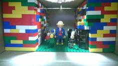 Alexandre H., installation en Légo et Playmobil. Thèmes : La perception ; l'identité. Projet : Imposer au spectateur un point de vue, par la disposition des personnages et par l'éclairage.