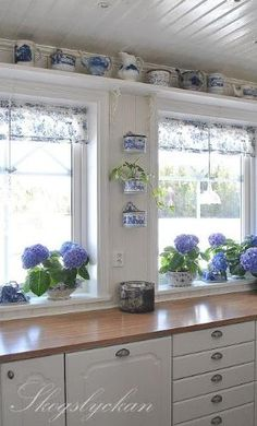 Blue and white kitchen - Kitchen Decor Magazine Country Decor, Farmhouse Decor, Farmhouse Windows, Blue White Kitchens, Kitchen White, China Kitchen, Nice Kitchen, Vibeke Design, Cottage Kitchens