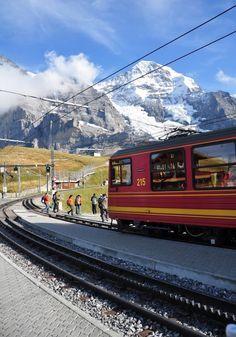 """Jungfrau é um dos picos dos Alpes suíços, e é também chamado de """"Top of Europe"""" pela estação de trem mais alta da Europa que chega a 3400 metros acima do nível do mar. Ou seja, de uma forma super segura e rápida - de trem - é possível chegar no pico dos Alpes e ter uma vista maravilhosa e inesquecível de uma das regiões mais lindas da Europa. Quando falo que a Suíça é muito mais do vocês imaginam... ❤️"""