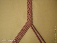 поступают вопросы о том, как сплести косичку аккуратно. Показываю... Straw Weaving, Paper Weaving, Weaving Art, Basket Weaving, Newspaper Basket, Newspaper Crafts, Crafts To Make, Diy Crafts, Spiral Pattern