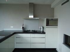 Moderne, strakke, witte #greeploze #keuken. Op maat te maken bij #MekxKeukens in…