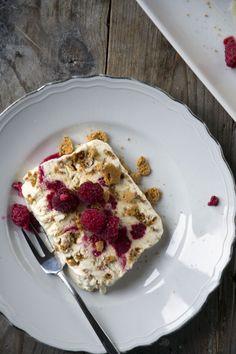 Raspberry parfait with ammaretto - BrendaKookt. Thermomix Desserts, Dessert Recipes, Ice Cream Pies, Delicious Magazine, High Tea, Vegetable Pizza, Food Inspiration, Creme, Yummy Food