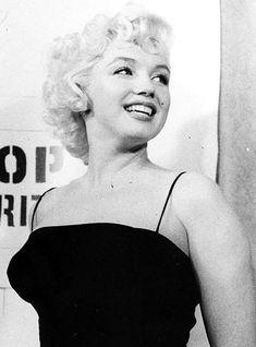 Marilyn, esa maravillosa sonrisa, parecia el ser mas feliz del mundo. Que lejos estaba, detrás de las cámaras solo era Norma Jeane, la insegura y triste chica.