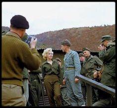 1954 / Marilyn raconta à de nombreuses reprises comment cette tournée en Corée fut l'un des grands moments de sa vie. Elle donna ses impressions en ces termes : « Il y avait 17 000 soldats devant moi, et ils hurlaient comme des fous en me voyant. Je les regardais en souriant… avec la neige qui tombaient et les soldats qui hurlaient devant moi, pour la première fois de ma vie je n'avais plus peur de rien. J'étais simplement heureuse. » Les personnes ayant participé au show ont parlé…