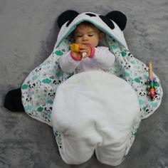 Une couverture bébé panda toute douce et originale pour envelopper bébé en toutes circonstances. Nid d'ange original idéal en cadeau de naissance.