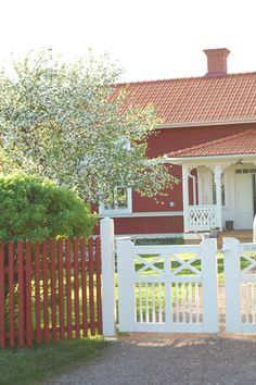 New fence color! Swedish red with a white accent entrance gate. Picket Fence Garden, Wood Picket Fence, White Picket Fence, Garden Gates, Swedish Cottage, Red Cottage, Wood Fence Post, Sweden House, Red Houses
