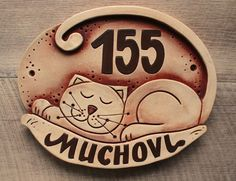 Slab Pottery, Ceramic Pottery, Clay Projects, Diy Projects To Try, Ceramic House Numbers, Ceramic Workshop, Sculptures Céramiques, Ceramic Houses, Sgraffito