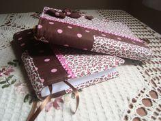 capa para livros em tecido de tricoline, estruturada com manta r2. medidas: 32/23 aberta