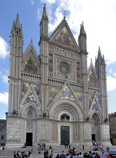 Catedral de Orvieto, Umbria, Italia. Decoración a base de placas de mármol. Elementos constructivos: arco apuntado, puertas abocinadas, torres rematadas con agujas, pinaculos. Elementos decorativos: roseton, galeria de estatuas.