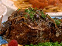 Den här veganfärslimpan ser brutalt köttig ut och är kul att bjuda hela tjocka släkten på. Sväng ihop en brunsås med havregrädde som bas, eller som här, en publikfriande kantarellsås.