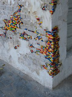 German artist Jan Vormann travels around the world and restores crumbling architecture using LEGO blocks. In his work titled Dispatchwork, Vormann has spent three years filling in the cracks of buildings with colorful LEGO pieces. Land Art, Art Banksy, Lego Wall, Brick In The Wall, Brick Wall, Urbane Kunst, Mediums Of Art, Organic Art, Wow Art