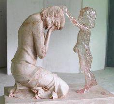 Bam! Zo sprekend kan een sculptuur emoties uitbeelden! Prachtig en ontroerend beeld over hetverdriet van een moeder.