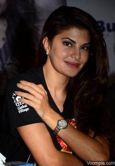 A lovely picture of natural beauty Jacqueline Fernandez smiling at the cameras with her gorgeous hair left open. via Voompla.com