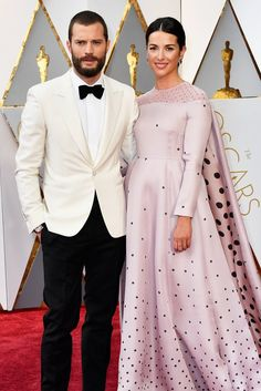 Jamie Dornan and Amelia Warner Oscar 2017 Red Carpet Arrival: Red Carpet Couples 2017 - Oscars 2017 Photos Felicity Jones, Oscar 2017 Dresses, Oscars 2017 Red Carpet, Jamie Dornan And Wife, Vestidos Oscar, Jonathan Safran Foer, Michelle Williams, Jessica Biel, Fifty Shades Of Grey