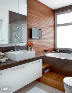 Banheiro pequeno com hidromassagem para relaxar