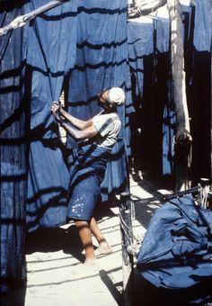 Lengths of indigo-dyed cotton hanging in the courtyard at Bayt Muhammad ali Abud, Zabid, Yemen, 1983. Photo: Jenny Balfour-Paul