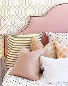 Dourado, rosa e grafismos invadem a roupa de cama com graça. Boa noite! #revistacasaclaudia #decoração #decor #decoration #casa #house #home #homedecor #pink #bed #bedroom #quarto #nicedreams