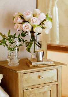 I love this bedside table! Cabbage Roses, Rose Cottage, Pink Roses, Pink Flowers, Beautiful Flowers, Fresh Flowers, Cut Flowers, Flower Power, Floral Arrangements