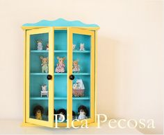 Armario de pared para guardar Sylvanian Families reciclado con chalk paint y dos abalorios de madera / Wall cabinet to store Sylvanian Families recycled with chalk paint and two wooden beads