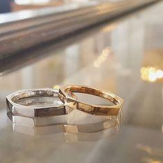 プラチナとピンクゴールド。 鏡面に磨かれた多面が、同じ風景を違う角度で切り取って映し出します。 #吉祥寺 #結婚指輪 #オーダーメイド結婚指輪 #試作無料 #プラチナ #ピンクゴールド #nizitokyo
