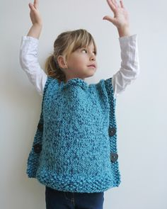 Tricot: Le poncho facile fillette by Mamie Lucas – MINUSCULES Source by sylviedirr Poncho Knitting Patterns, Knitted Poncho, Patagonia Vest Outfit, Poncho Design, Poncho With Sleeves, Poncho Outfit, Vest Outfits, Girls Poncho, Knitting For Kids