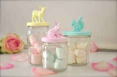 Cute jars made with animal figurines bought at a dollar store Diy Décoration, Easy Diy, Diy Crafts, Mason Jar Crafts, Mason Jars, Diys, Animal Decor, Jar Storage, Storage Containers