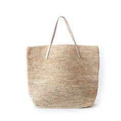 サンアルシデ(Sans Arcidet) カゴバッグ BEBY BAG LARGE MA Ci(NATUREL)。 シルバー箔加工のレザーハンドルが高級感あるカジュアルスタイルに導いてくれます。  無駄をそぎ落としたシンプルなデザインの中に、こだわりを感じることのできるラフィアトートバッグです。 #sansarcidet #サンアルシデ #かごバッグ #ラフィア #トートバッグ #tasutasu