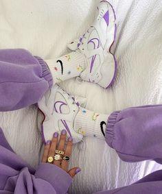 T Shirt Streetwear, Style Streetwear, Tenis Retro, Nike Shoes, Sneakers Nike, Purple Walls, Dad Shoes, Chanel, Cute Socks