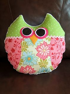 """Just Another Hang Up: """"Give a Hoot"""" Pillow tutorial Diy Projects To Try, Craft Projects, Sewing Projects, Craft Ideas, Fabric Crafts, Sewing Crafts, Owl Sewing, Baby Sewing, Sewing Tutorials"""
