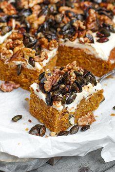 Saftiger und einfacher Kürbiskuchen mit Vanillefrosting und  karamellisierter Kürbiskern Knusperhaube || Pumpkin Spice Sheet Cake  with Vanilla Frosting and crispy caramelized Pumpkin Seed Topping