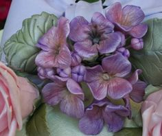 Step-by-step instructions for making gum paste hydrangeas