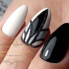 Semi-permanent varnish, false nails, patches: which manicure to choose? - My Nails Black Nails, White Nails, Hair And Nails, My Nails, Black And White Nail Designs, Geometric Nail, Manicure Y Pedicure, Super Nails, Nagel Gel