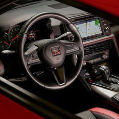 Nissan GT-R Track Edition 2017 Marca japonesa lançou série especial com visual dinâmico e capacidade para voar baixo como os bólidos feitos para as pistas. O GT-R Track Edition é disponível nesse tom de vermelho contrastando com o interior todo em preto. O painel foi reduzido para diminuir o peso do carro. Assim como o GR-R Premium o Track Edition tem motor 3.8 V6 com oferece 565 cavalos e 633 Nm de torque. A transmissão é automatizada de dupla embreagem e seis marchas. #CarroEsporteClube…