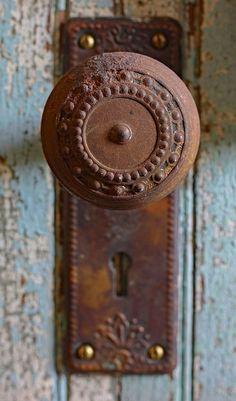 pretty vintage detail - 1 of 8 picks for this week's Friday Favorites Door Knobs And Knockers, Knobs And Handles, Door Handles, Vintage Door Knobs, Old Keys, Cool Doors, Rusty Metal, Door Locks, Windows And Doors