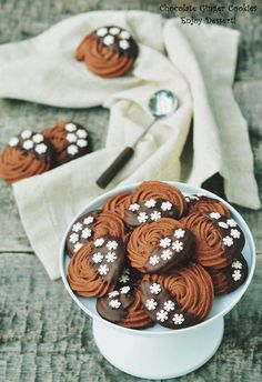 Fursecurile sunt dulciuri tare indragite in timpul sarbatorilor de iarna. Atat de cei mari cat si de cei mici. Cei mici sunt atrasi in primul rand de forme si culori. Cei mari, pe langa aceste aspecte, pun si gustul pe un loc foarte important. Iar gustul bun este dat de arome. Aromele subtile care se […]