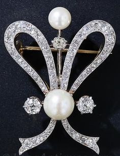A bow brooch, circa with ribbons of platinum-over-gold. Three carats of glorious, glittering mine-cut diamonds share the stage with soft, shimmering natural saltwater pearls in this romantic and curvaceous Edwardian-era jewel. Edwardian Jewelry, Antique Jewelry, Vintage Jewelry, Edwardian Era, Antique Brooches, Weird Jewelry, High Jewelry, Faberge Eier, Bijoux Art Nouveau
