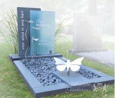 Grafmonument met vlinders van RVS Grave Plaques, Plaques Funéraires, Cemetery Monuments, Cemetery Art, Tombstone Designs, Cemetery Decorations, Funeral Planning, Funeral Ideas, Memorial Flowers