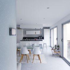 Une pièce à vivre aux couleurs pastel réaménagée par l'agence d'architecture d'intérieur et de décoration Skéa