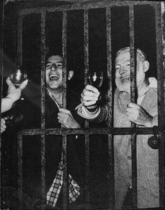 Uma foto de gênio literário, Hemingway, realizada na prisão depois de uma da suas festas.