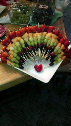 Baby shower food platters fruit kabobs ideas for 2019 Fruit Kabobs Kids, Dessert Kabobs, Fruit Snacks, Kids Fruit, Baby Fruit, Appetizers For Party, Appetizer Recipes, Fruit Appetizers, Rainbow Fruit Trays
