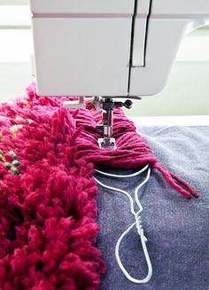 Ompele ompelukoneella pehmoinen ja komea ryijymatto. Tarvitset vain pohjakankaan, villalankaa ja ompelukioneen. Katso helppo ohje! Tämä on myös upea lahjaidea! Yarn Crafts, Home Crafts, Fabric Crafts, Diy And Crafts, Sewing Art, Sewing Crafts, Sewing Patterns, Embroidery Techniques, Sewing Techniques