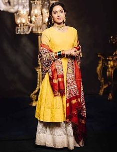 How To Wear A Dupatta – Different Types & Draping Style Ideas Indian Attire, Indian Suits, Indian Wear, Punjabi Suits, Pakistani Formal Dresses, Indian Dresses, Indian Clothes, Kalamkari Designs, Salwar Suits Party Wear