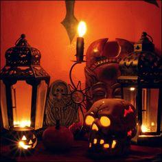 Halloween Mantle decorated with lanterns - Holidays Halloween, Halloween Diy, Haunted Halloween, Pallet Halloween Decorations, Holiday Decorations, Favorite Holiday, Holiday Fun, Halloween Fireplace, Lanterns Decor