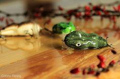 Wobler Kwiski Żaba - pamiętamy dni, gdy nie widzieliśmy nawet rybiego ogona. Ryby obżarte żabami nie mają na nic ochoty... No, może prawie na nic. Malutka żabka, baraszkująca z nurtem wzdłuż brzegowej burty, to jedyne rozwiązanie, które w tej sytuacji może przynieść nam ładną rybę. Wobler pływający. Głębokość prowadzenia - do 0,5 m. Zbrojenie: kotwice VMC. #wędkarstwo #przynęty #rękodzieło #handmade #wobler #kwiskie