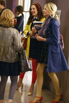 "Leighton Meester as Blair Waldorf, Taylor Momsen as Jenny Humphrey ""Desperately Seeking Serena"" Gossip Girl Jenny, Gossip Girl Cast, Gossip Girl Serena, Estilo Gossip Girl, Gossip Girl Outfits, Gossip Girl Fashion, Fashion Tv, Womens Fashion, Jenny Humphrey"